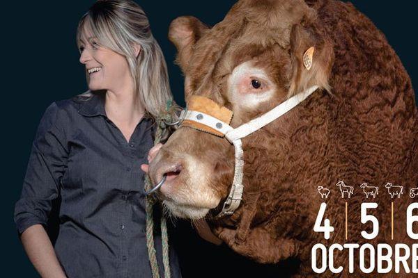 Amélie Bourbouloux pose fièrement aux côtés d'Index, son taureau.