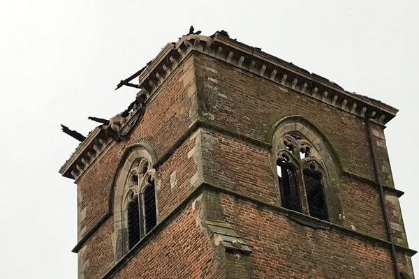 Saint-Trivier-de-Courtes (Ain): un incendie détruit le clocher de l'église
