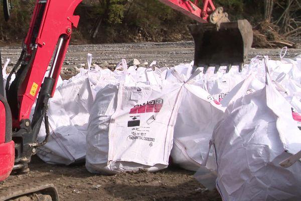 """""""Big bags"""" stockés à Tende en attendant l'héllitreuillage."""