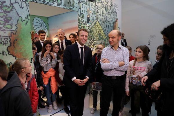 Lewis Trondheim accueille le président de la République dans l'exposition qui lui est consacrée au festival de la BD 2020