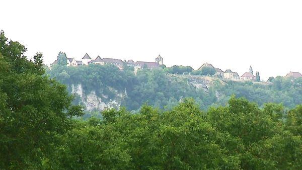 Comme une bastide dans le ciel, le petit village domine la Dordogne à 250 mètres d'altitude. Une vue à couper le souffle