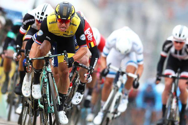 Dylan Groenewegen (devant) de l'équipe LottoNL en plein sprint pour la victoire de la seconde étape du Paris-Nice entre Orsonville et Vierzon