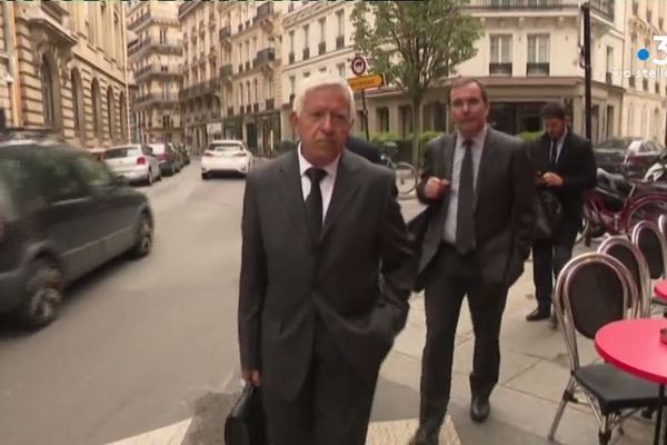 Louis Paoli, co-fondateur de l'association de victimes, accompagné par ses avocats.