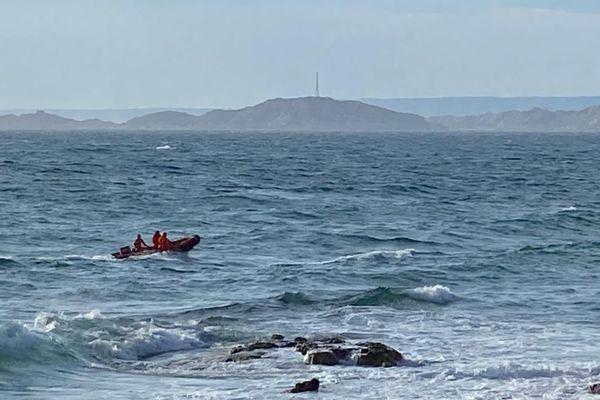 Les recherches se poursuivent en mer comme depuis le ciel pour retrouver la personne disparue.