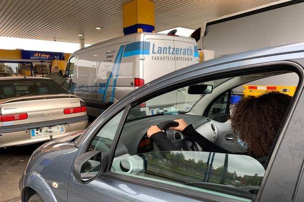 Shaïnez attend pour faire son plein de diesel, à Kehl, vendredi 16 octobre 2020