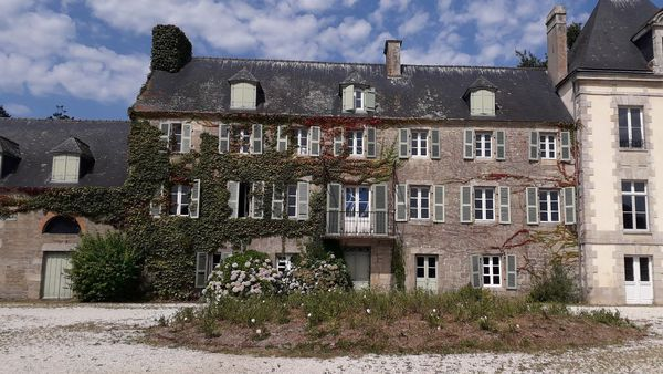 Le manoir de Saint-Urchaud, un lieu de création artistique éphémère
