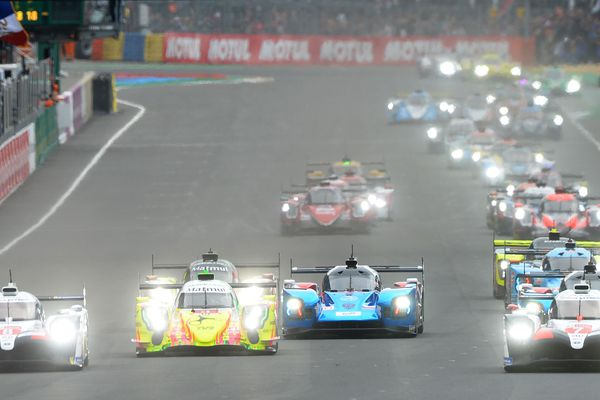 Les deux Toyota N°7 (à droite) et N°8 (à gauche) ont pris l'avantage juste après le départ de la 87e édition des 24 Heures du Mans ce samedi après-midi.
