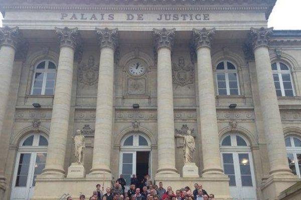 Les ex-salariés de Continental devant l'entrée du palais de justice d'Amiens