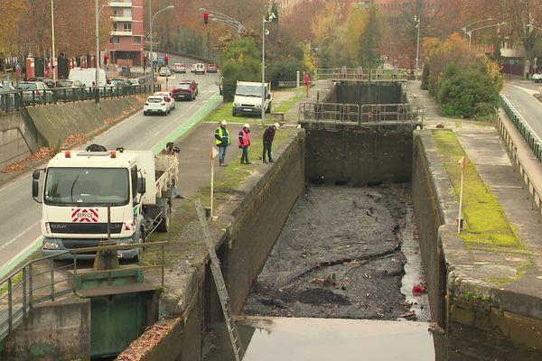 Le Canal du Midi est vidangé entre l'écluse Bayard devant la Gare Matabiau et l'écluse Minimes devant le commissariat.