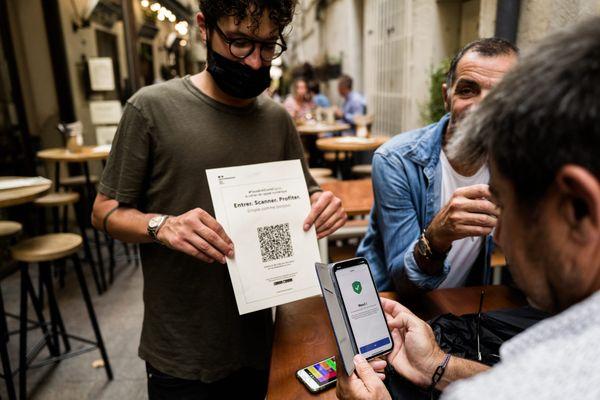 Perpignan, 27 juillet 2021 - des établissements de nuit, bars et restaurants pilotes en France, testent le pass sanitaire avant sa mise en place le 9 août 2021.
