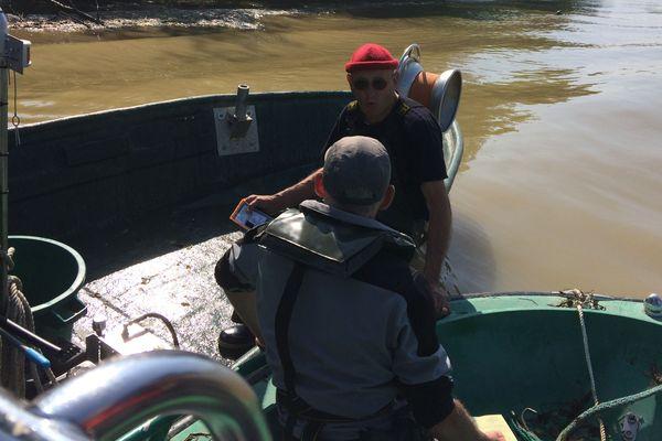 Un pêcheur contrôlé par la police de la mer  le 23 mai 2018.