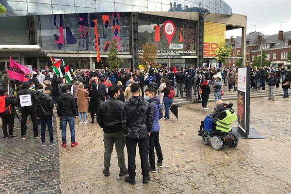 Deux cents personnes étaient réunies devant la Maison de la culture, à Amiens.
