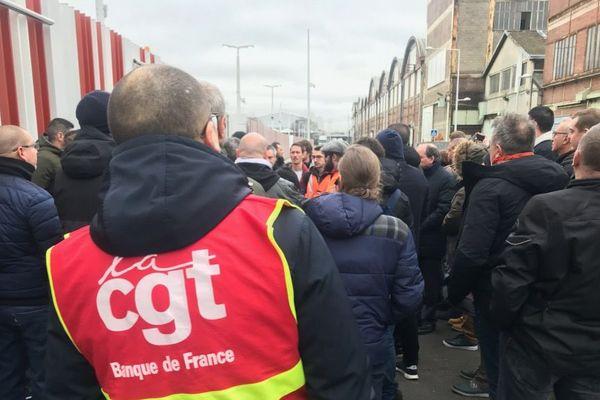 Des grévistes devant le site de la Banque de France à la Courneuve en Seine-Saint-Denis ce matin, lundi 13 janvier