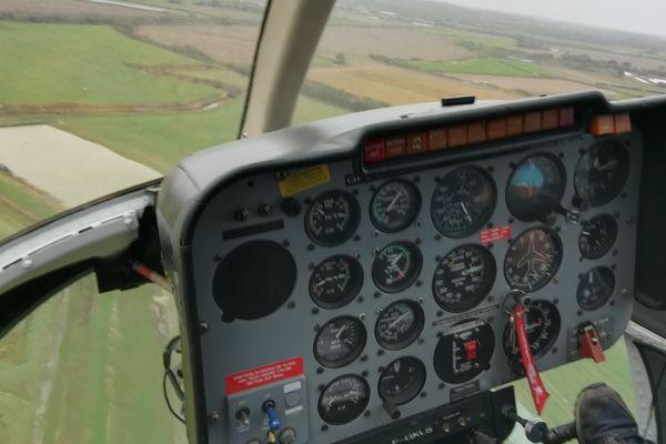 Le Bell 206 vole à très basse altitude