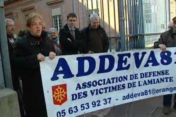 Les victimes d'Eternit d'Albi lors de leur manifestation devant la Cour d'appel de Toulouse en mars 2012