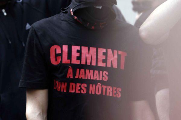 Les militants du Collectif Antifasciste Paris Banlieue, dont faisait partie Clément Méric, lui ont rendu hommage à l'endroit où il est tombé, rue Caumartin (Paris IXe), près des grands magasins,