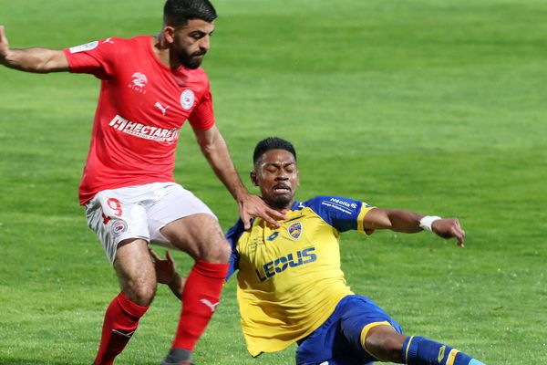 L'attaquant nîmois Umut Bozok au duel avec le défenseur de Sochaux Jason Pendant - 13 avril 2017