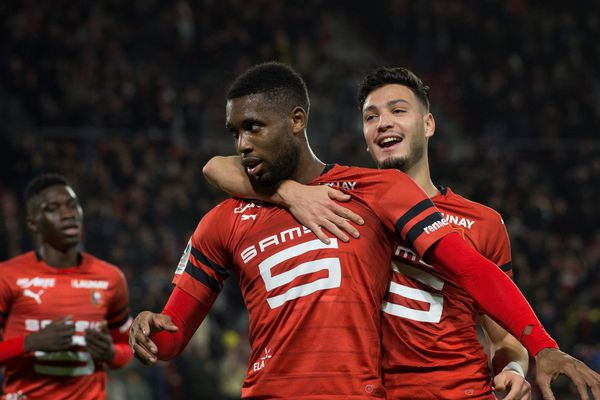 L'attaquant rennais Jordan Siebatcheu est félicité par Ramy Bensebaini après son but face à Nimes au Roazhon Park à Rennes - 22/12/2018