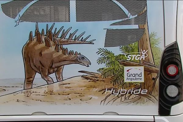 A Angoulême, des dinosaures dessinés sur les bus de la STGA.