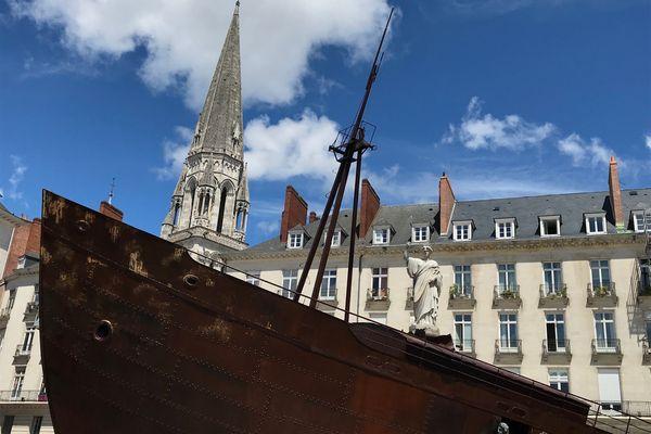Tout juste sortie des ateliers de la Machine, à Nantes, la voilà échouée place Royale. Trois mois de travail et trente personnes ont été nécessaires pour construire cette œuvre. C'est l'une des nouveautés du Voyage à Nantes 2021.