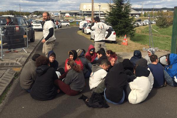 En guise de baroud d'honneur, une trentaine de militants de l'association Earth Resistance a bloqué l'entrée et la sortie sud de la Grande Halle d'Auvergne à Clermont-Ferrand où se tenait pendant 3 jours le sommet de l'élevage. L'occasion pour eux de poursuivre leur combat pour une alimentation sans viande.