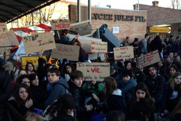 Les lycéens blooquent leur établissement à Carcassonne le 17 février 2014