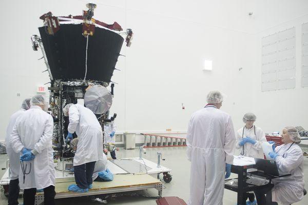 Des scientifiques examinent la sonde Parker Solar Probe.