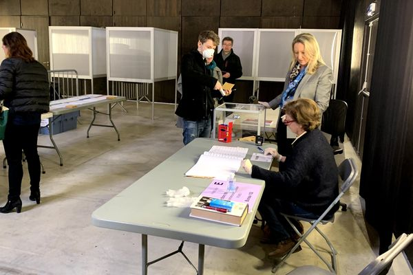 Certains électeurs viennent avec des masques. Reims, 15/03/2020