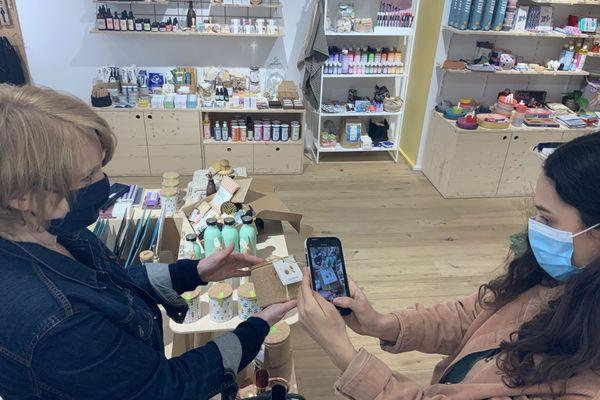 Emmy démarche la boutique Zelie+Milo avec son compte Instagram et un téléphone portable