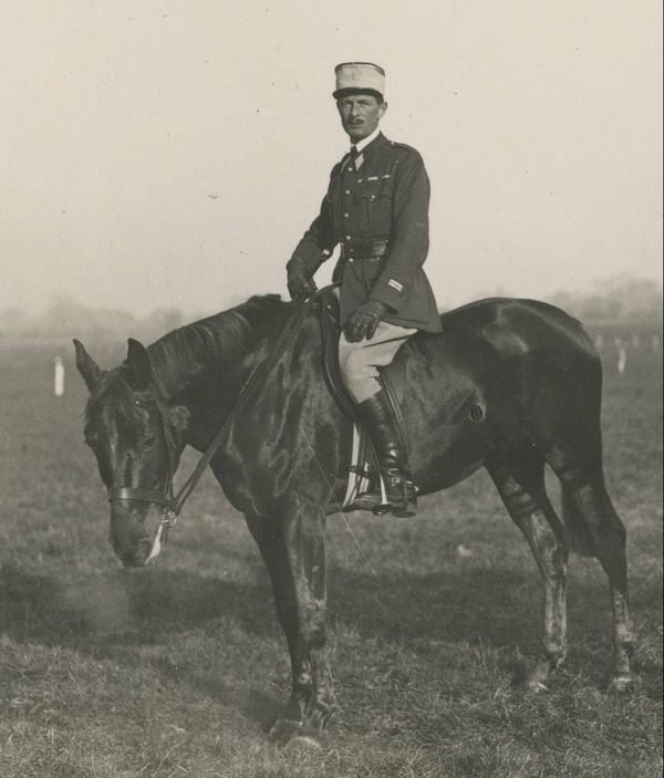 Le capitaine de Hautecloque sur son cheval Iris XVI