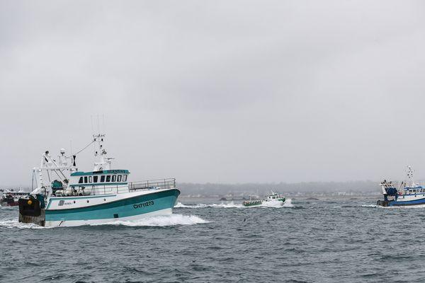 Des bateaux de pêche français quittant Jersey après une manifestation devant le port de Saint-Hélier le 6 mai 2021.