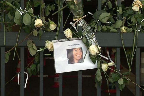 Des fleurs et une photo de Nathalie Debaillie à Lille, en 2019.