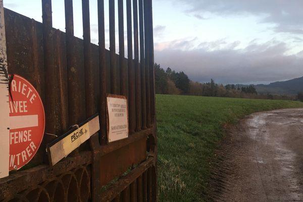 C'est dans cette forêt, derrière le lac du château de La Clayette, en Saône-et-Loire, que le corps de Daniel Polette a été retrouvé enterré