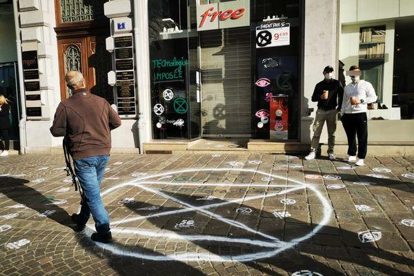 La boutique Free dans le centre-ville de Grenoble a été taguée avec le symbole X du groupe Extinction Rebellion.
