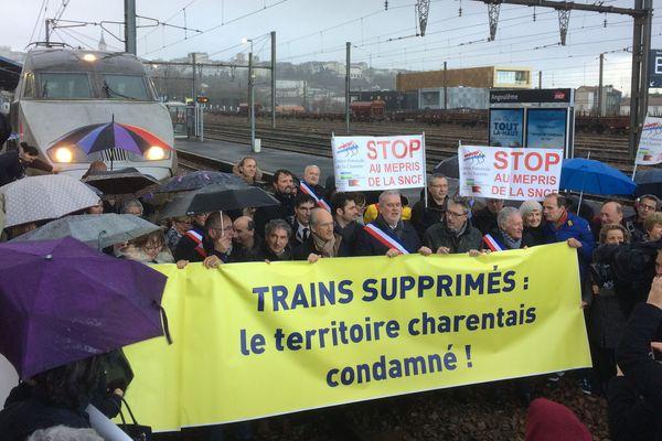 Un TGV bloqué ce matin en gare d'Angoulême pour protester contre la suppression de deux trains.