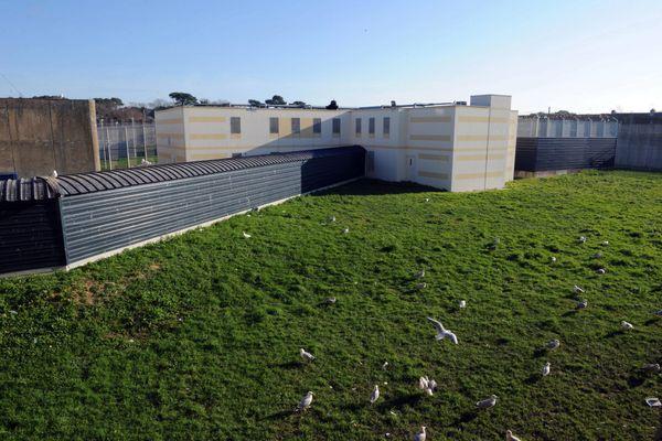 Au centre pénitentiaire de Ploemeur, le parcours d'entrée dans la prison avec une vue de la fenêtre d'une cellule