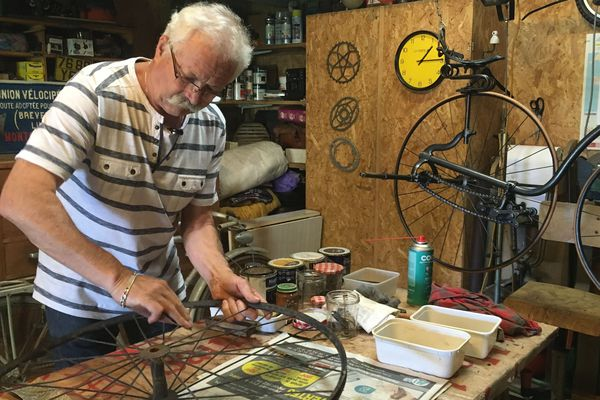 Alain Cuvier récupère et restaure des vélos anciens depuis 35 ans