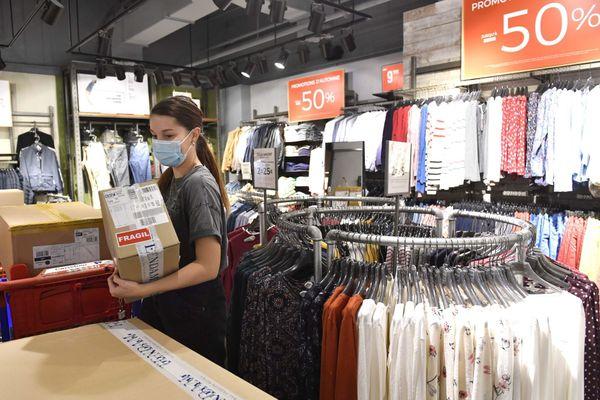 Les commerces se préparaient à réouvrir ce samedi 28 novembre, comme le magasin Springfield du centre commercial Alma de Rennes.