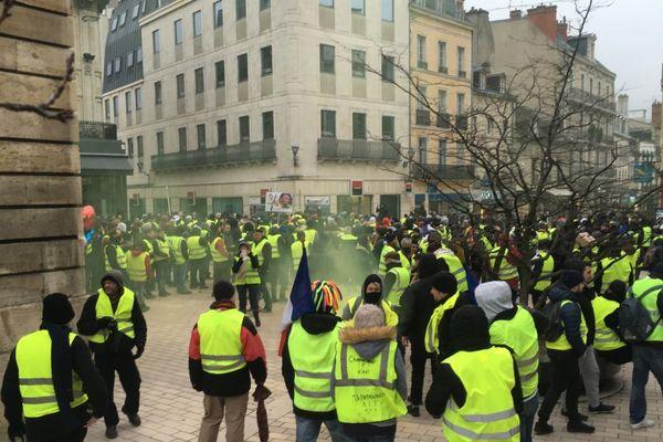 """De très nombreux """"gilets jaunes"""" sont réunis place Darcy, à Dijon, samedi 2 février 2019."""