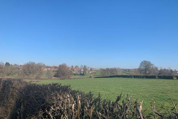 Le petit village de 300 âmes, situé au milieu des champs, en plein cœur de l'Avesnois.
