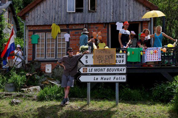 Dans le Morvan, les supporters hollandais supportent le porteur du maillot jaune