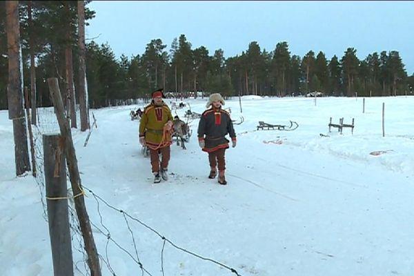Une association d'Île-de-France emmène des enfants malades rencontre le Père Noël en Laponie.