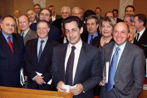 Jocelyne-Fazi, seule femme au milieu des élus de l'assemblée de Corse, lors de la venue de Nicolas Sarkozy, alors ministre de l'Intérieur, en 2003.