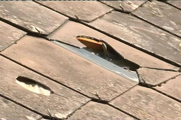 La toiture d'une maison d'Issy-L'Évêque a été transpercée par les grêlons tombés dans la nuit.