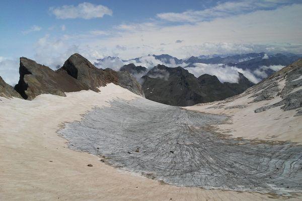 Le glacier d'Ossoue, situé dans les Hautes-Pyrénées, laisse apparaître de plus en plus de pierres et de moins en moins de glace. Certains glaciologues et spécialistes météo ne lui donne guère plus d'une quinzaine d'années avant de disparaître définitivement.