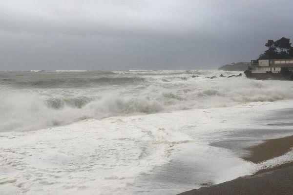 Mer déchaînée au Racou (Argelès) ce mercredi 22 janvier : la plage a disparu sous les vagues.