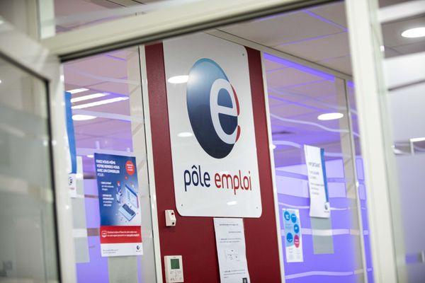 <p>Une femme agent de Pôle Emploi a été tuée par balles jeudi 28 janvier dans une agence de Valence dans la Drôme.</p>