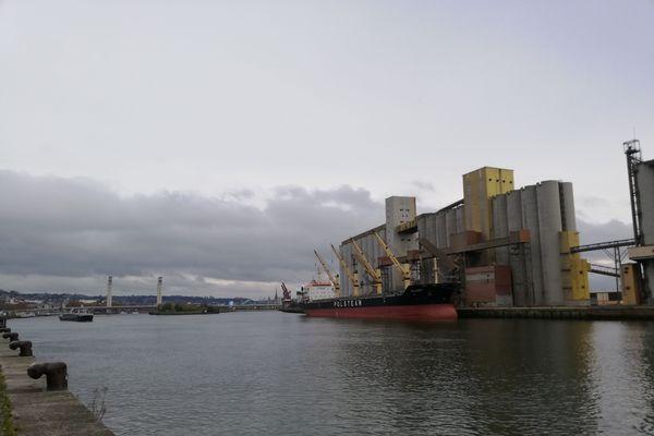 A Rouen, la Seine et le port verront le ciel se charger puis se couvrir au fil des heures, à l'approche de la pluie prévue pour la fin de la journée.