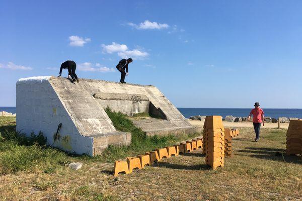"""Avant une représentation de """"Blockhaus"""" sur la plage de Fouesnant (Finistère), la pièce écrite par Alexandre Koutchevsky"""