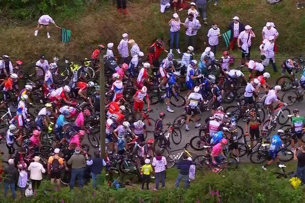 Le peloton à terre après une chute qui aurait été provoquée par une spectatrice, pendant l'étape entre Brest et Landerneau